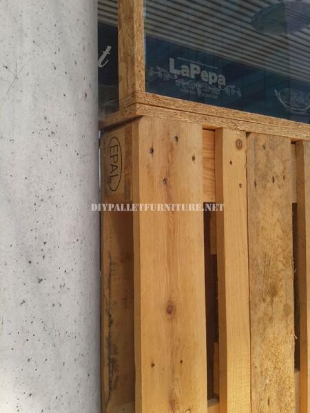 Clôture pour une terrasse bar-restaurant fait avec palettes 4