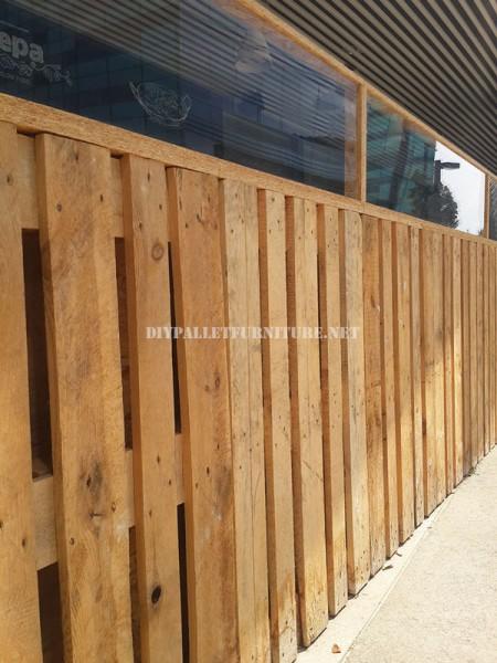 Clôture pour une terrasse bar-restaurant fait avec palettes 5