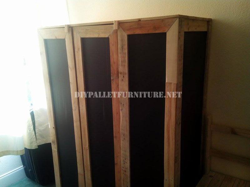 garde robe faite avec planches de palettes et de feuilles de polypropyl nemeuble en palette. Black Bedroom Furniture Sets. Home Design Ideas