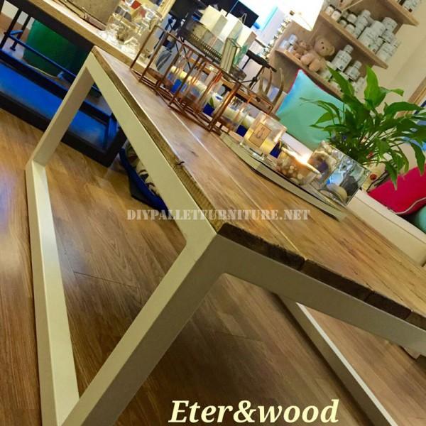 Table réalisé avec des planches de palettes et une structure tubulaire métallique 4