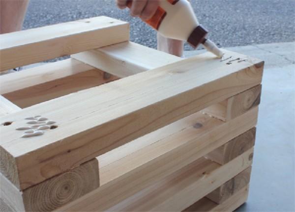 Banc construit avec planches de palettes intercalés 3