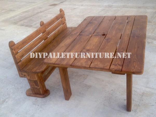 Banc et table faite avec des palettes pour la cour 1