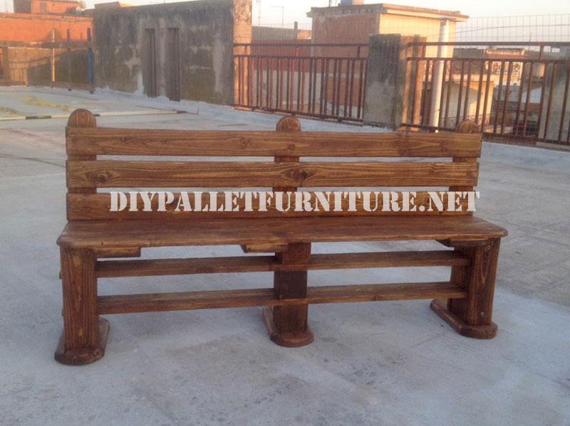 Banc et table faite avec des palettes pour la cour 2meuble for Banc avec 2 chaises