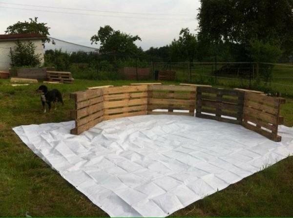 Immense piscine construite avec des palettes étape par étape 2