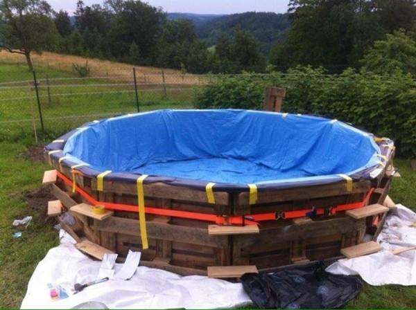 Immense piscine construite avec des palettes étape par étape 5