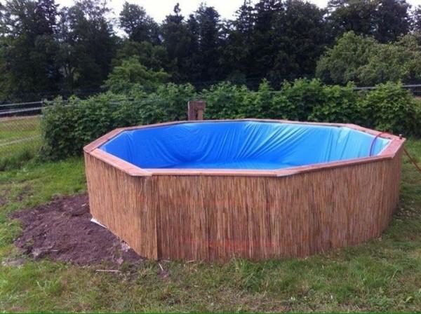Immense piscine construite avec des palettes étape par étape 6