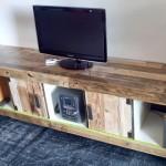 Meuble TV fait d'une bibliothèque EXPEDIT et palettes