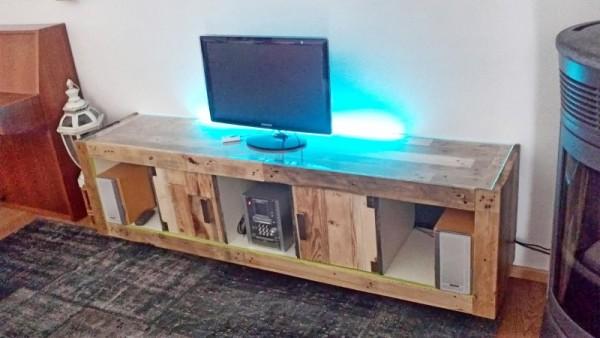 Meuble TV fait d'une bibliothèque EXPEDIT et palettes 6