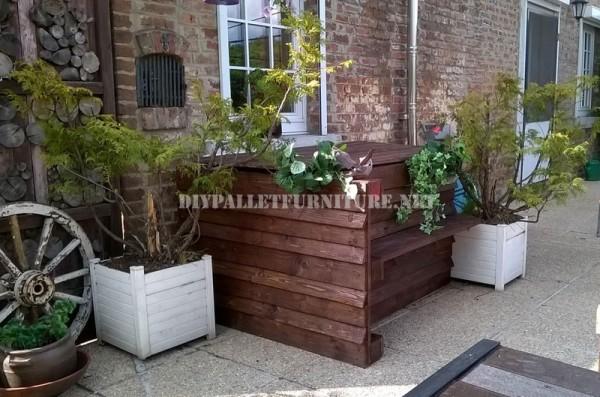 Mobilier de jardin construite avec des palettes et une terrasse recyclé 2