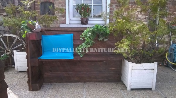 Mobilier de jardin construite avec des palettes et une for Mobilier terrasse palette