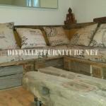 Rustique canapé d'angle construite avec des palettes