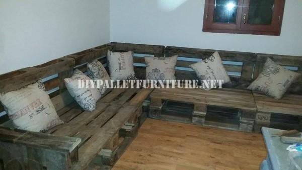Rustique canapé d'angle construite avec des palettes 2