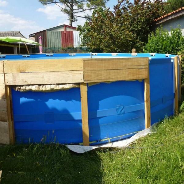 Une piscine sur le sol avec palettesmeuble en palette for Piscine tubulaire petit modele