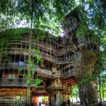 Une énorme maison de l'arbre construite en bois recyclé