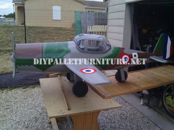 Avion conçu avec palettes 1