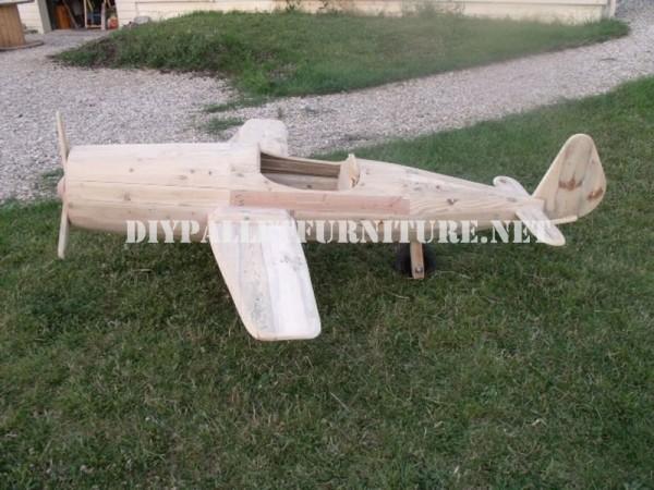 Avion conçu avec palettes 6