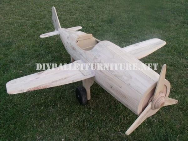 Avion conçu avec palettes 8