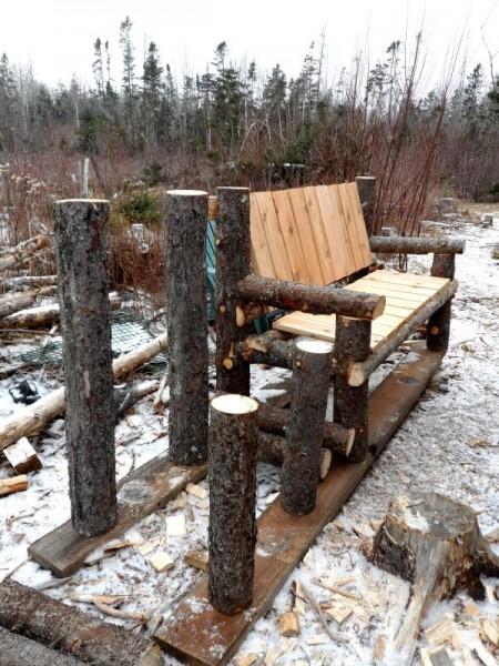 Banc construit avec des troncs et des palettes 3