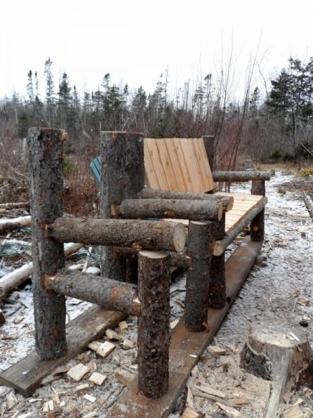 Banc construit avec des troncs et des palettes 4