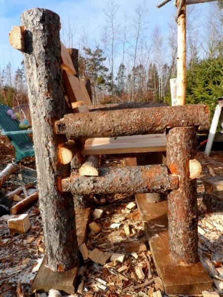 Banc construit avec des troncs et des palettes 7
