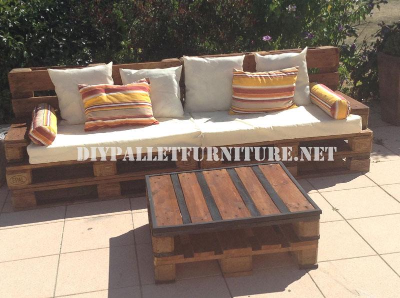 Canapé d'extérieur et une table faite avec palettes
