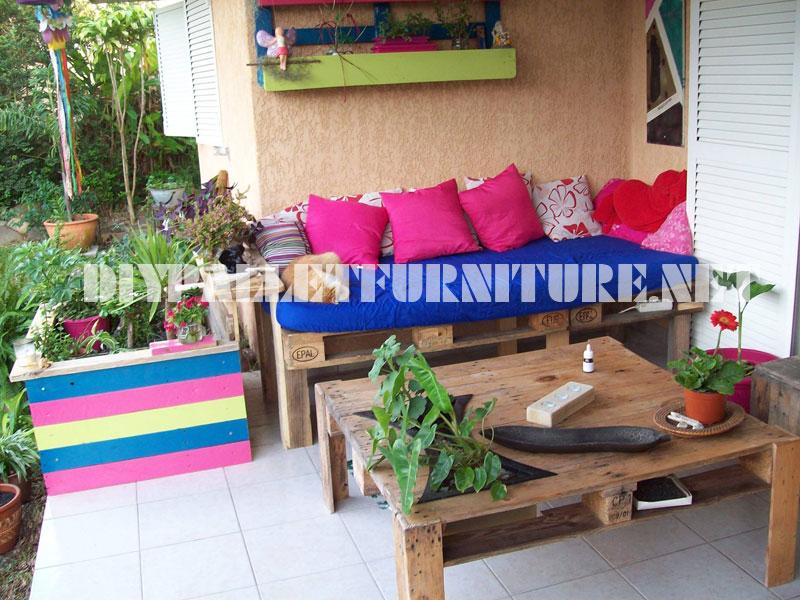 Canap et une table de terrasse avec palettesmeuble en for Canape palette terrasse