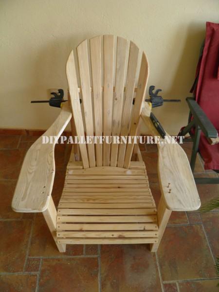 chaise adirondack avec des palettesmeuble en palette. Black Bedroom Furniture Sets. Home Design Ideas