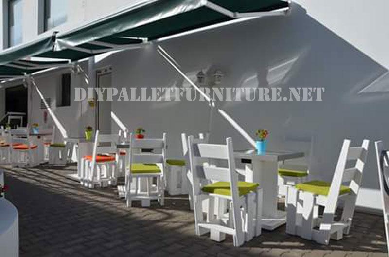 Chaises avec palettes au restaurant Papita