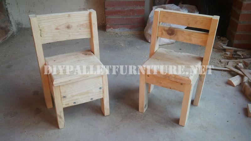 Chaises pour les enfants avec des palettesmeuble en for Sedie fatte con pallet