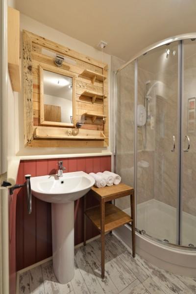 Hôtel Lettoch Cottages, revêtue et meublée avec des palettes 4
