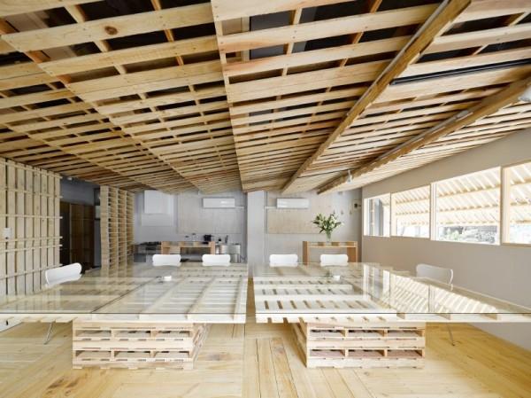 Hiroki Tominaga conçoit un bureau lowcost avec 130 palettes! 1