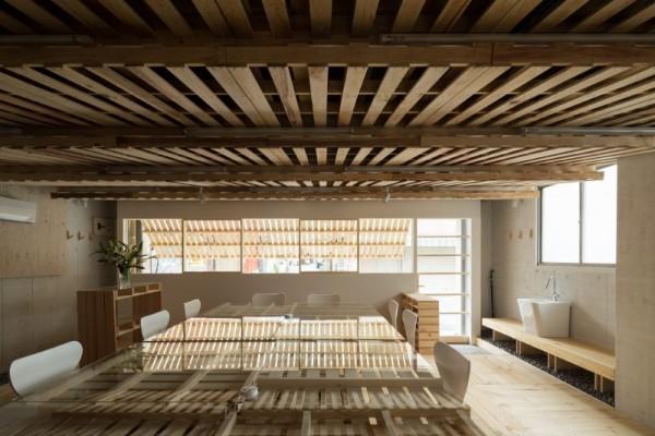 Hiroki Tominaga conçoit un bureau lowcost avec 130 palettes! 5