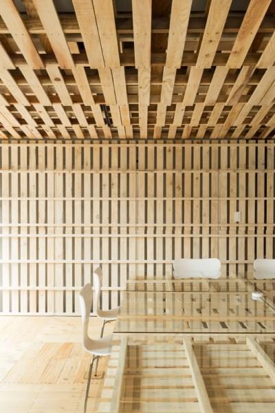 Hiroki Tominaga conçoit un bureau lowcost avec 130 palettes! 6