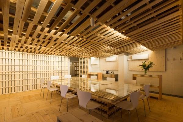 Hiroki Tominaga conçoit un bureau lowcost avec 130 palettes! 7