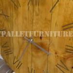 Horloge de palettes avec des clous rouillés pour les chiffres romains