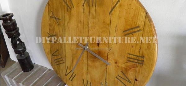 Horloge de palettes avec des clous rouillés pour les chiffres romains 1