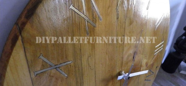 horloge de palettes avec des clous rouill s pour les chiffres romainsmeuble en palette meuble. Black Bedroom Furniture Sets. Home Design Ideas