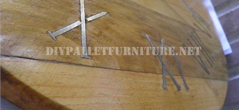 horloge de palettes avec des clous rouill s pour les chiffres romains 3meuble en palette. Black Bedroom Furniture Sets. Home Design Ideas