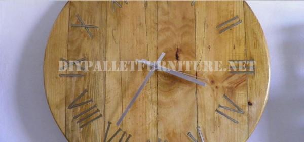 Horloge de palettes avec des clous rouillés pour les chiffres romains 4