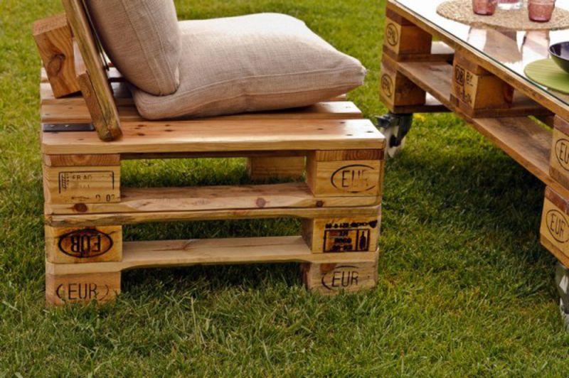 Une banquette avec des palettes mobilier de jardin avec - Mobilier de jardin avec des palettes ...