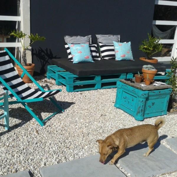 Jardin turquoise avec des meubles recyclés et palettes 1