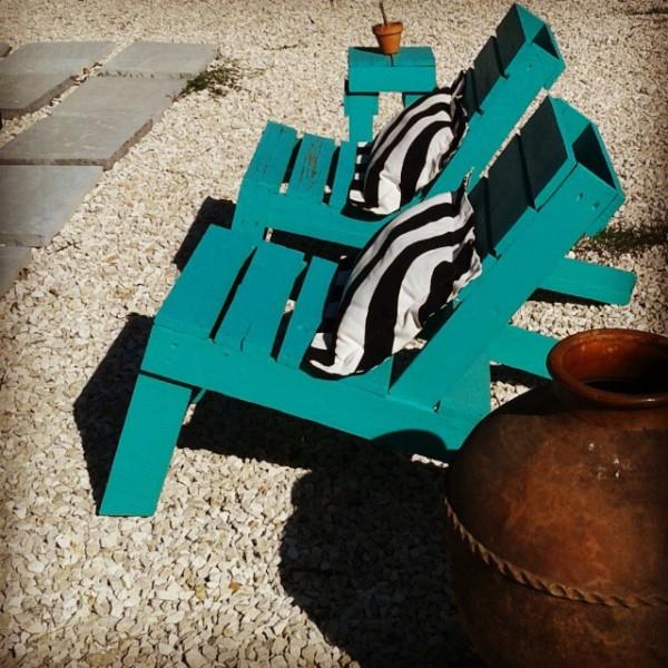 Jardin turquoise avec des meubles recyclés et palettes 2