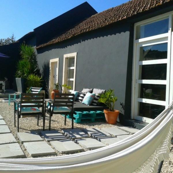Jardin turquoise avec des meubles recyclés et palettes 3