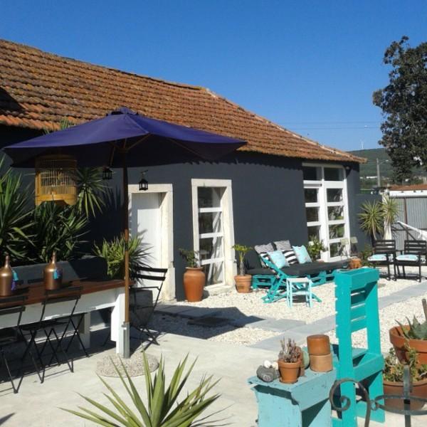 Jardin turquoise avec des meubles recyclés et palettes 4