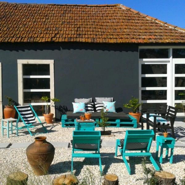 Jardin turquoise avec des meubles recycl s et - Meuble de jardin avec palette ...