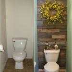 Salle de bains carrelée avec des palettes