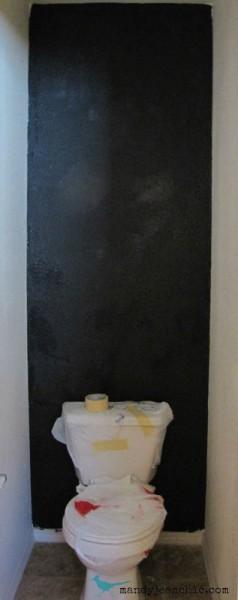 Salle de bains carrelée avec des palettes 4