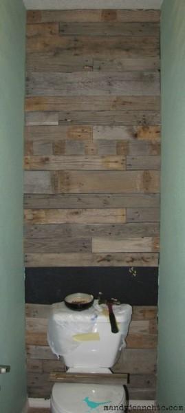 Salle de bains carrelée avec des palettes 6