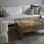 Table de salon avec des palettes