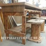 Table et tabourets construit de bois récupéré